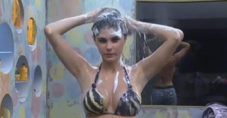 21.ago.2013 - Bárbara Evans mostra as curvas durante banho