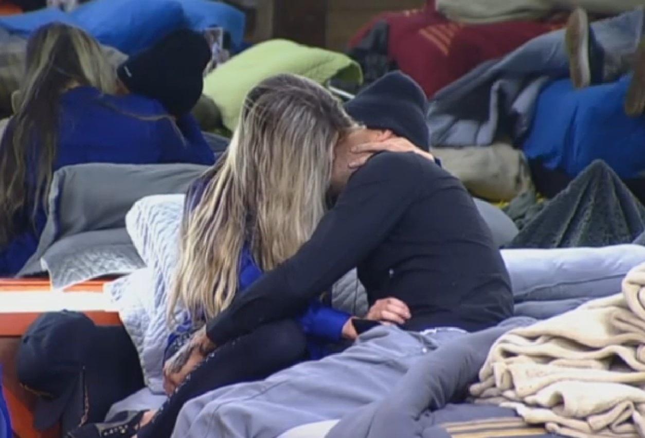 21.ago.2013 - Mateus Verdelho e Bárbara Evans trocam beijo apaixonado