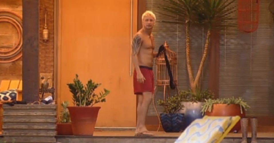 21.ago.2013 - Paulo Nunes observa Marcos Oliver da varanda da sede