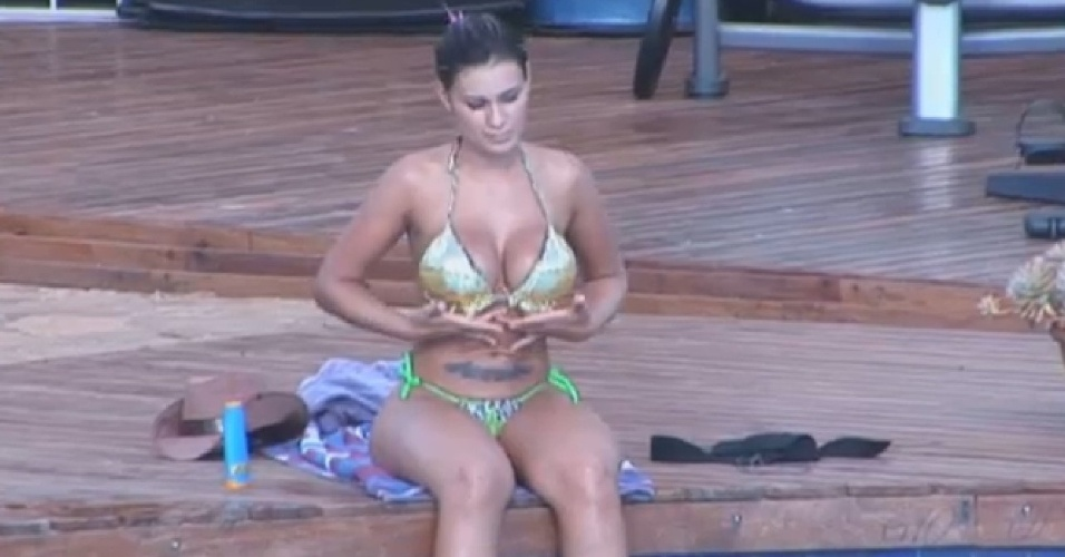 21.ago.2013 - Pensativa, Andressa Urach passa a tarde na beira da piscina