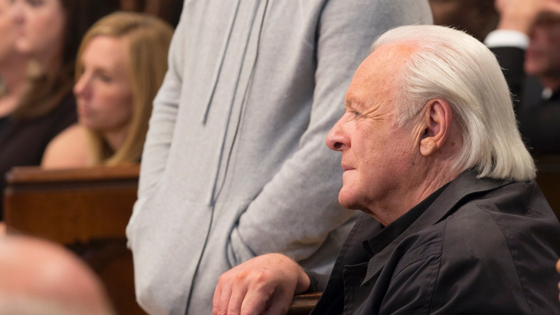 Afonso Poyart conversa com Anthony Hopkins no set de filmagens de
