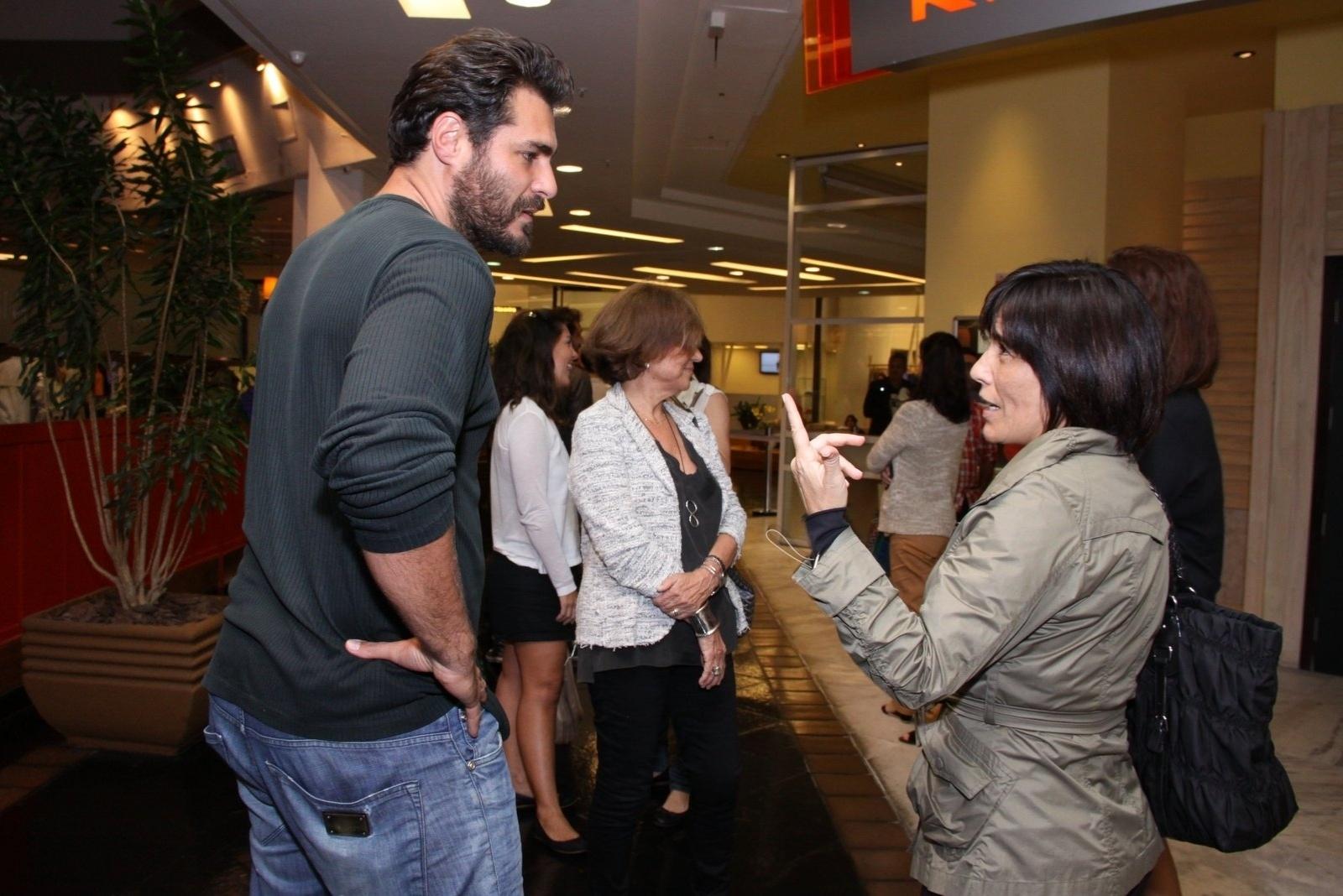21.ago.2013 - Thiago Lacerda e Glória Pires conversam antes da exibição especial de