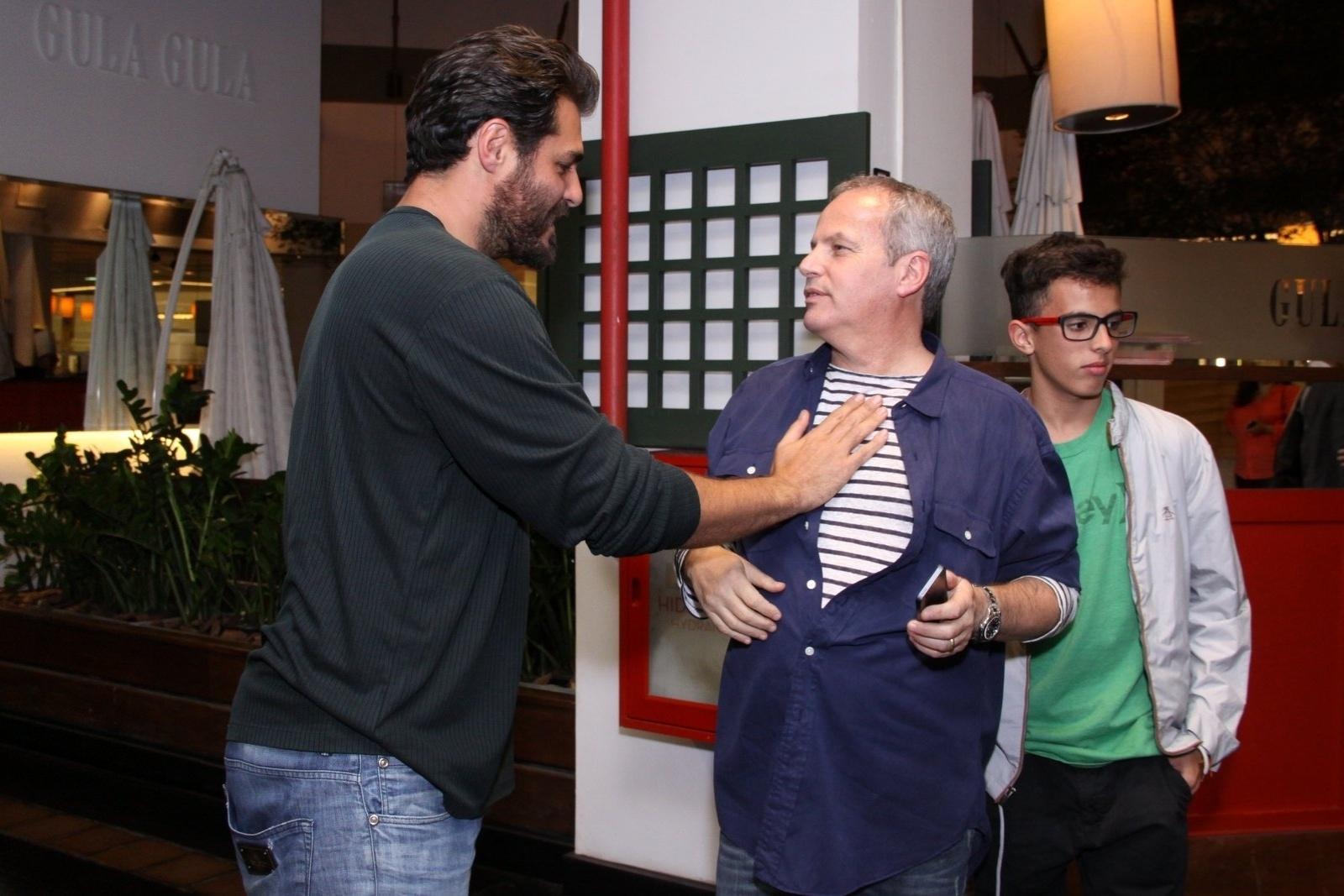 21.ago.2013 - Thiago Lacerda e Jayme Monjardim conversam antes da exibição especial de