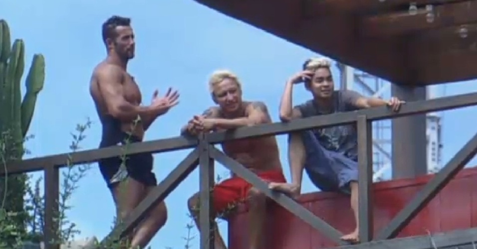 22.ago.2013 - Marcos Oliver, Paulo Nunes e Yudi Tamashiro foram para o mirante observar as Yani e Denise limpando o lago