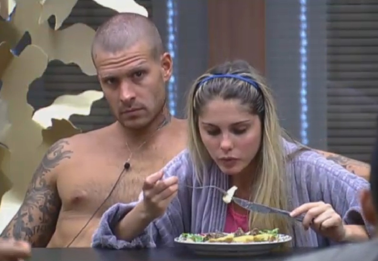 22.ago.2013 - Mateus Verdelho e Bárbara Evans almoçando juntos