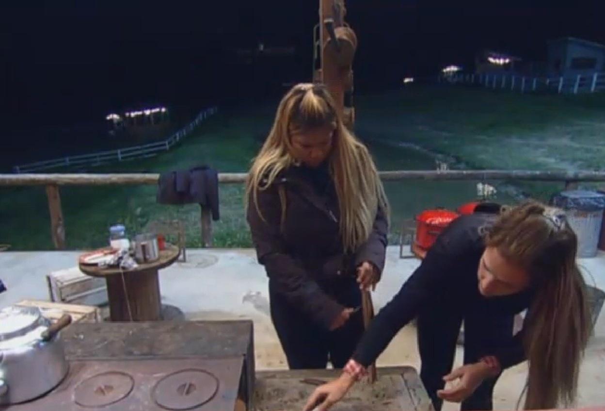 22.ago.2013 - Mulher Filé e Denise acendem fogão a lenha enquanto peões ganham show sertanejo