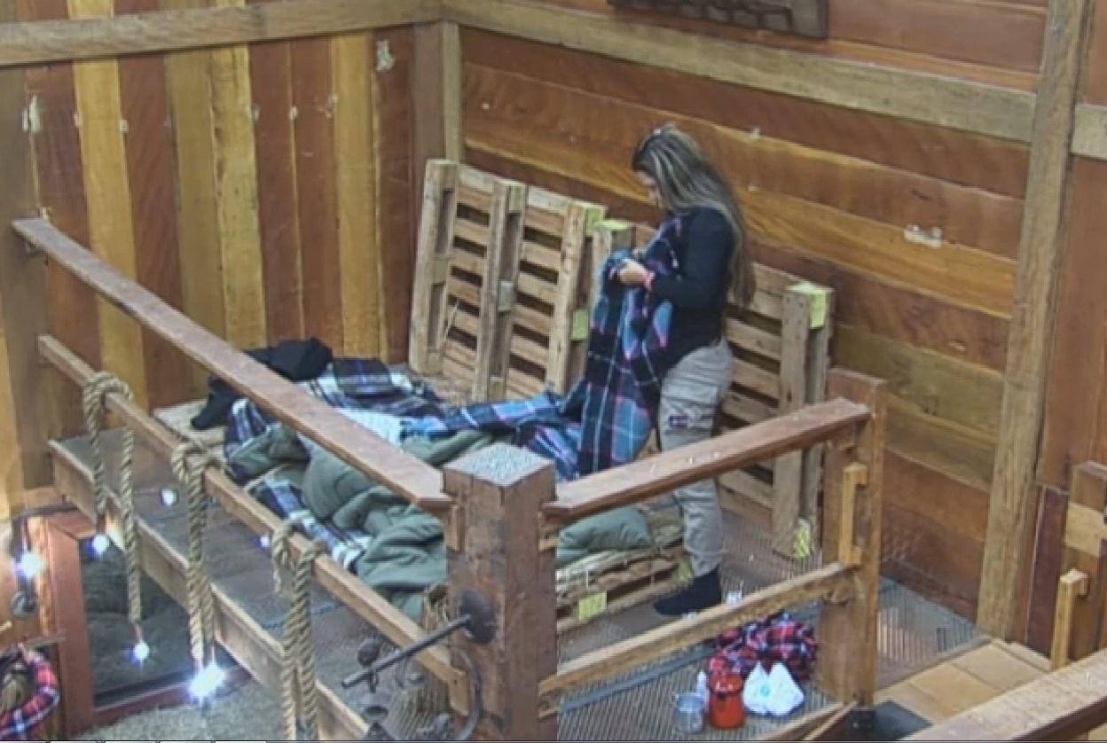 22.ago.2013 - No celeiro, Denise Rocha levanta cedo e arruma a cama