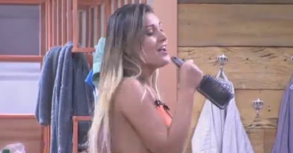 22.ago.2013 - Peões soltam a voz ao som de