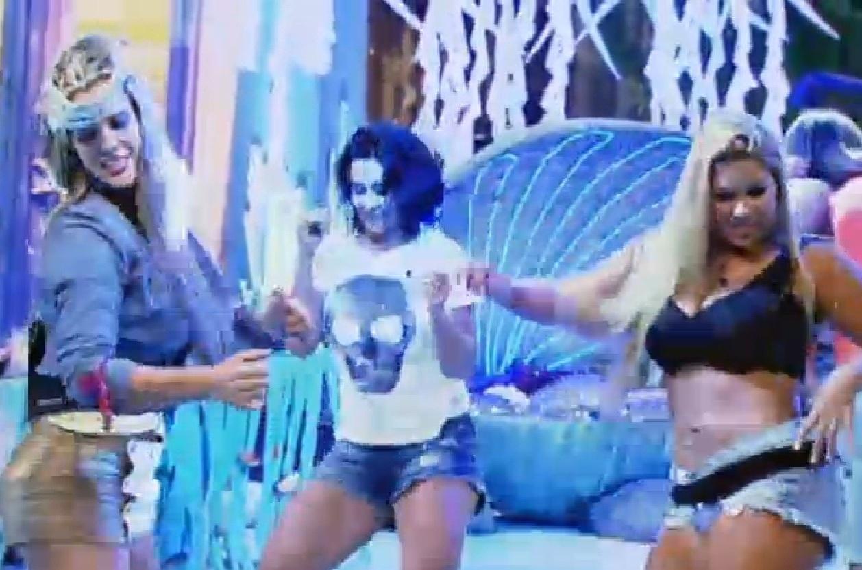 Na festa do Mar, Denise Rocha e Scheila se inspiraram nos piratas na hora de escolherem suas roupas, Mulher Filé não abriu mão do seu look sexy
