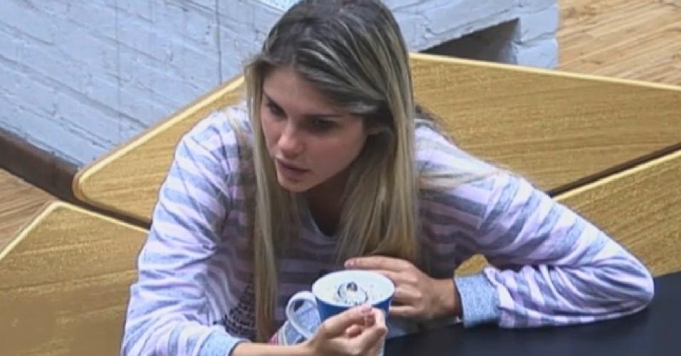 23.ago.2013 - Bárbara Evans conversa sobre o jogo com Beto Malfacini