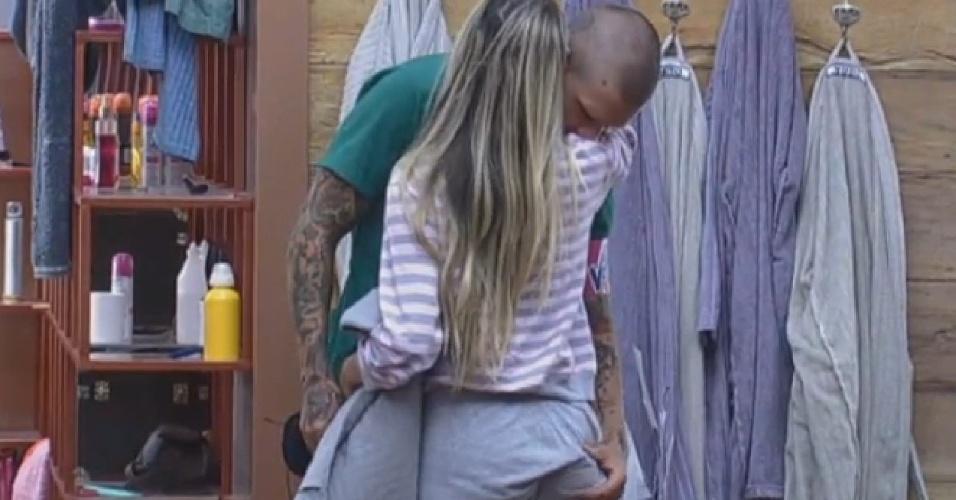 23.ago.2013 - Mateus apalpa bumbum de Bárbara enquanto ela o deseja boa sorte na Prova da Chave