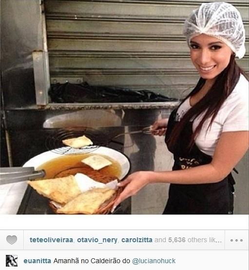 """23.ago.2013- Anitta publicou uma foto fritando pastéis para quadro """"Se eu fosse você"""" do """"Caldeirão do Huck"""". O programa vai ao ar neste sábado, 24"""
