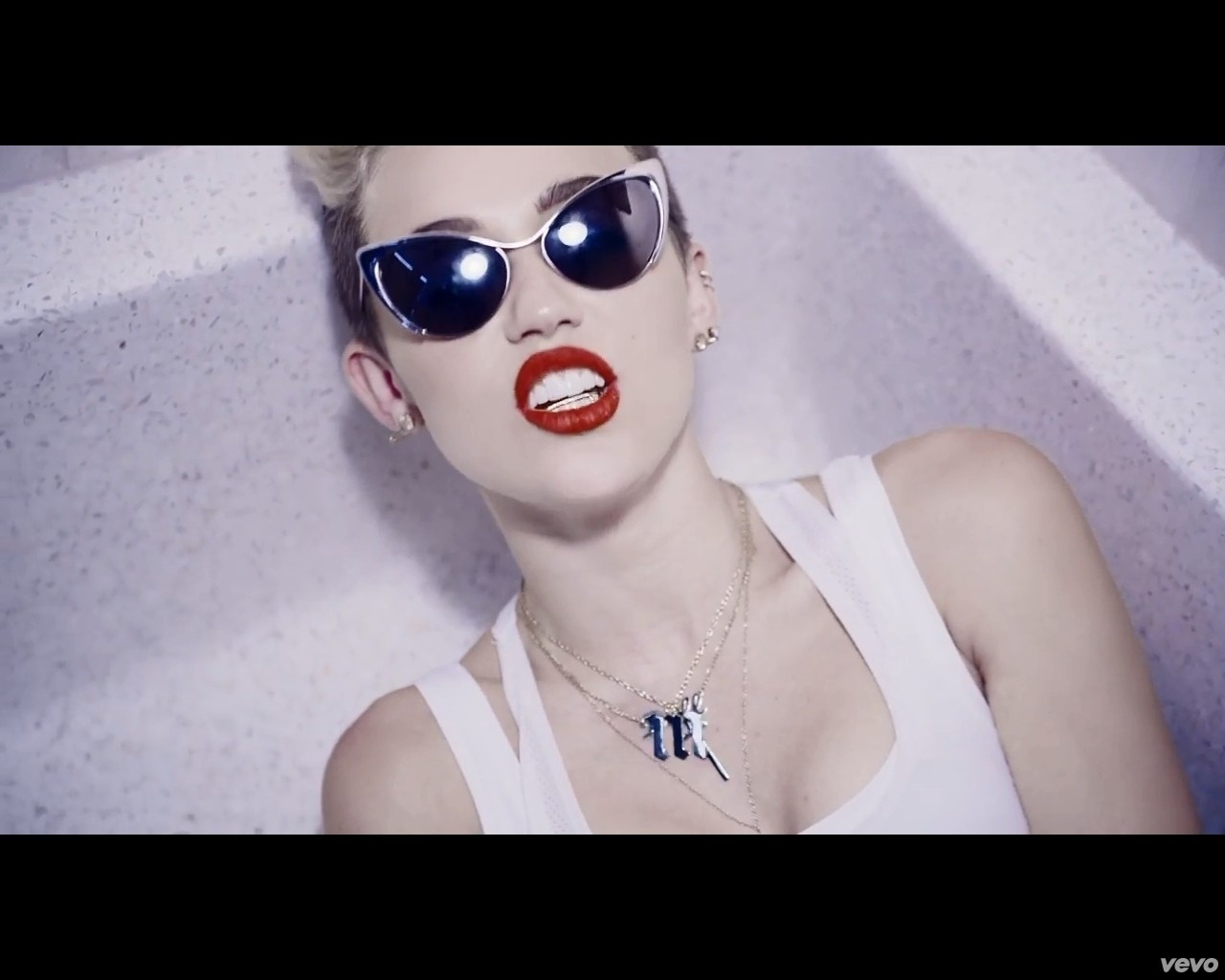 Miley Cyrus usa grillz no clipe de