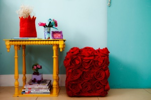 Personalize e renove o pufe básico e desgastado com flores de feltro - Leandro Moraes/ UOL