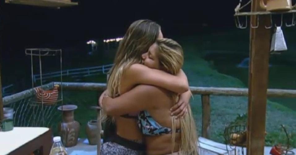 24.ago.2013 - Após passarem quase o dia juntas, Andressa e Mulher Filé se despendem antes da votação