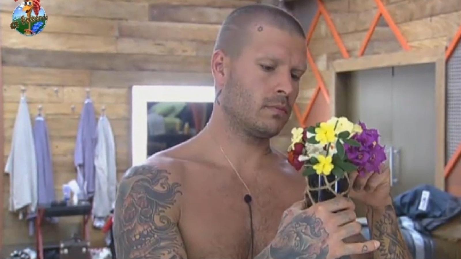 24.ago.2013 - Mateus Verdelho ajeita arranjo de flores que fez para Bárbara Evans