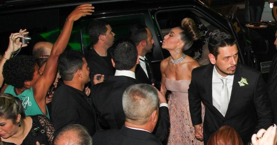 24.ago.2013 - Sabrina Sato causa tumulto ao chegar no local do casamento da irmã, Karina, em Penápolis (SP)