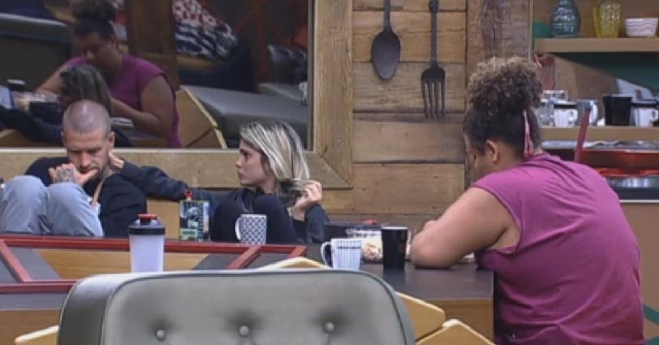 24.ago.2013 -Sem saber que está imune, Bárbara diz acreditar que ela e Paulo Nunes já estão na roça