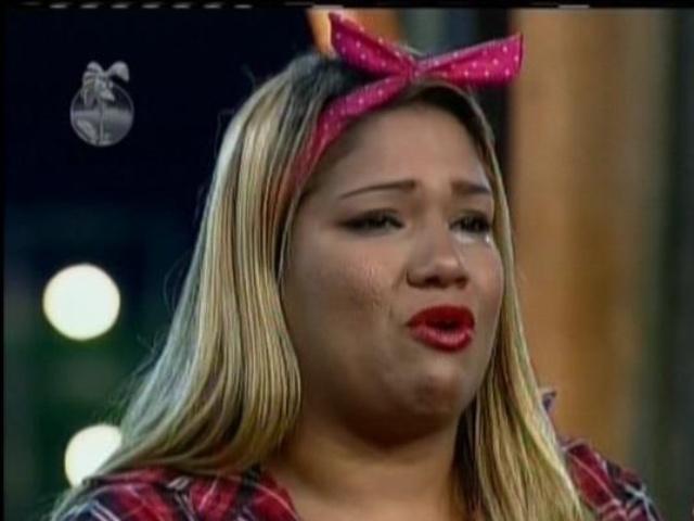 24.ago.2013 - Mulher Filé se emociona ao ser salva da roça