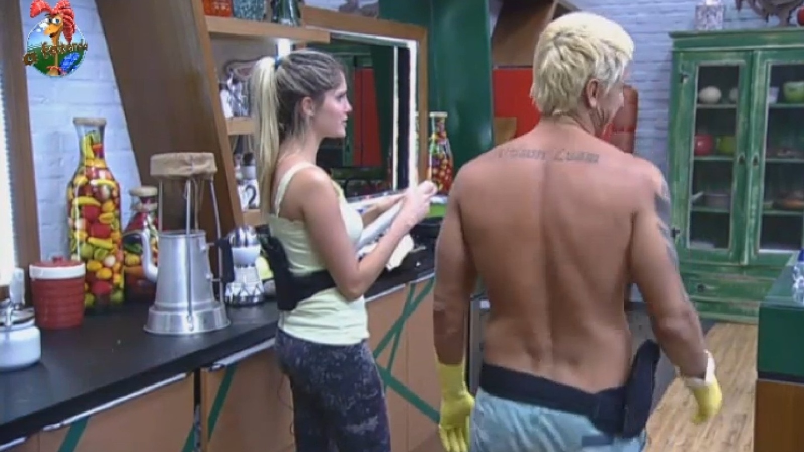 25.ago.2013 - Bárbara conta para Paulo Nunes que Andressa tomou laxante.
