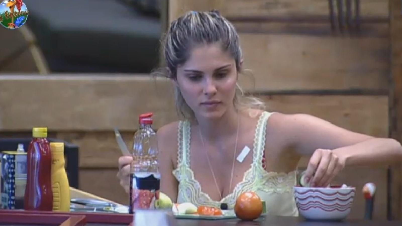 25.ago.2013 - Bárbara Evans conversa com Mulher Filé e Gominho na cozinha da sede