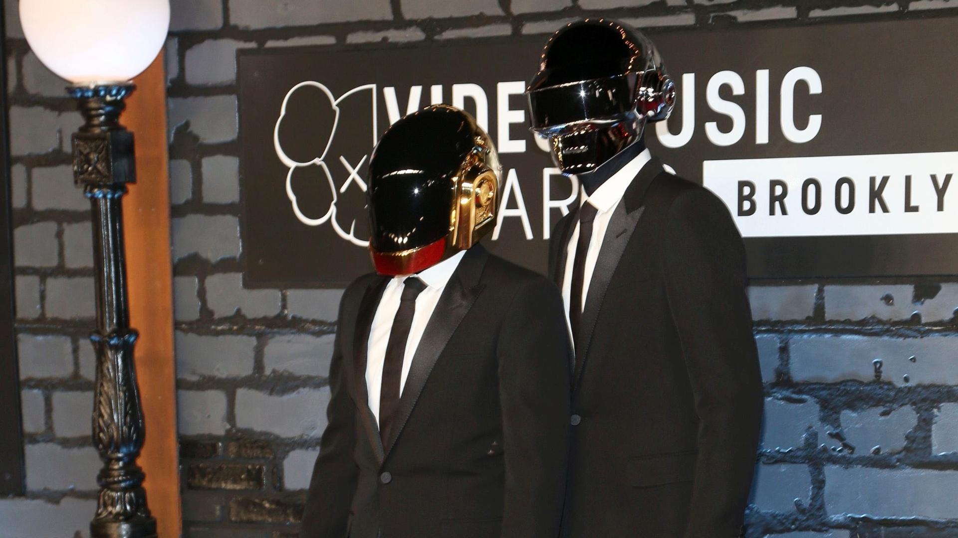 25.ago.2013 - De capacete e luvas, dupla Daft Punk chega ao Video Music Awards, no Barclays Center, em Nova York
