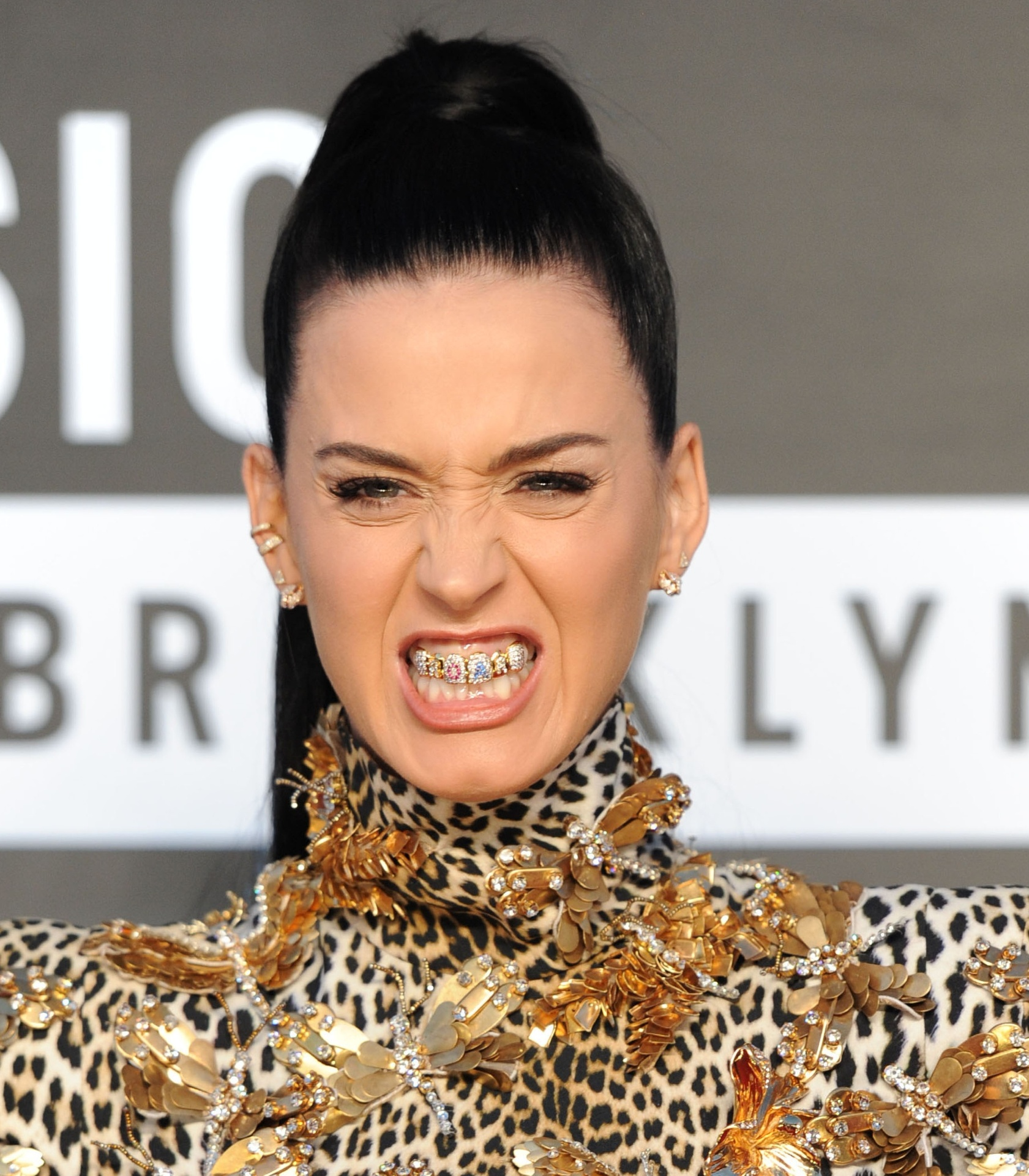 25.ago.2013 - Kary Perry chega para o Video Music Awards usando acessórios nos dentes com letras formando