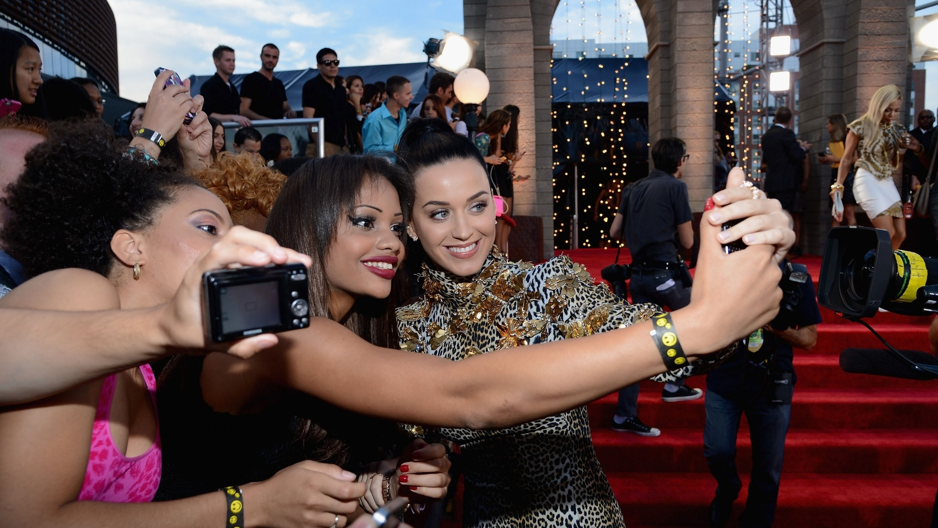 25.ago.2013 - Katy Perry tira foto com fãs no tapete vermelho do Barclays Center, em Nova York, para a cerimônia do Video Music Awards 2013