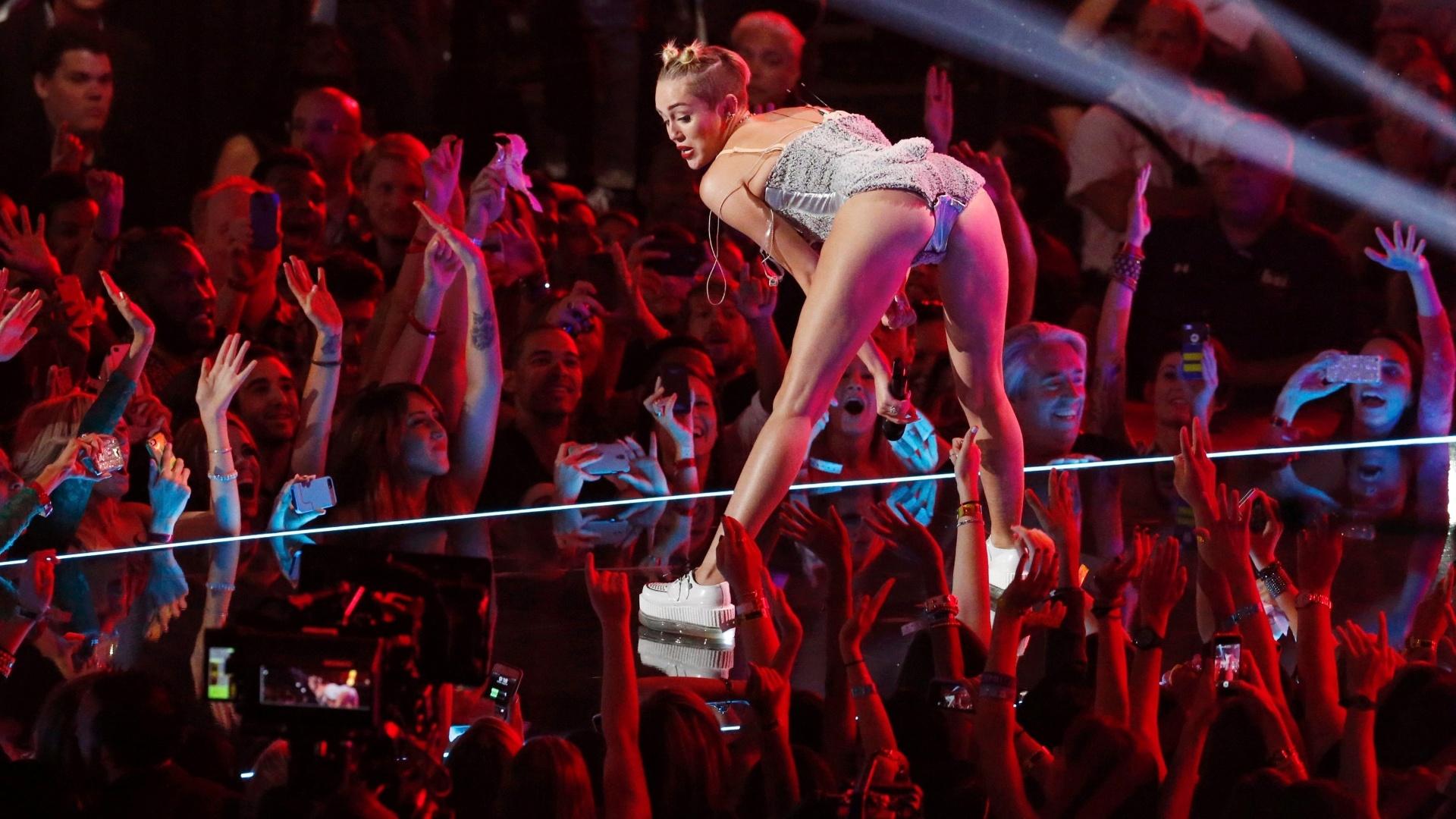25.ago.2013 - Miley Cyrus canta