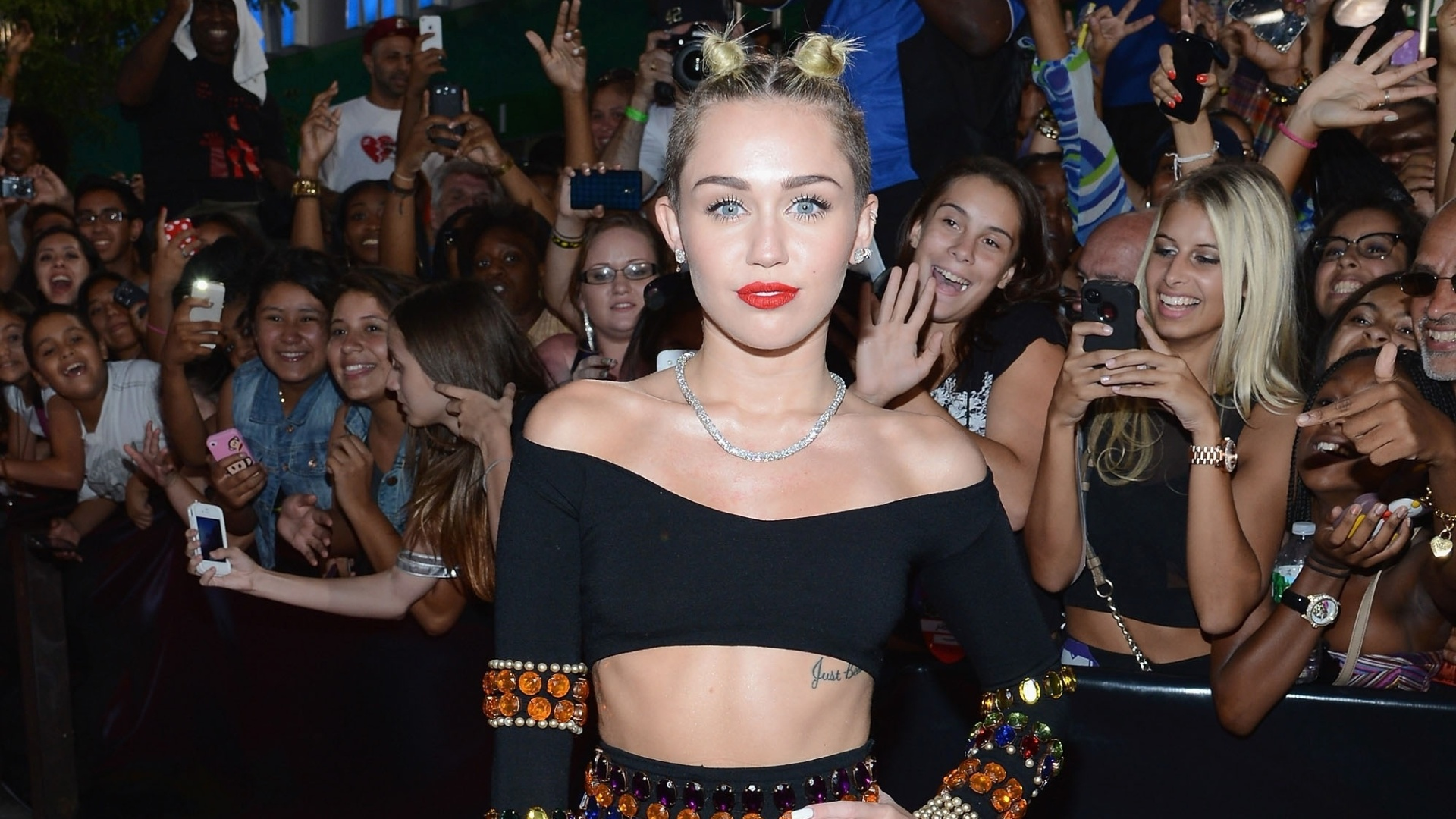 25.ago.2013 - Miley Cyrus chega ao Video Music Awards, no Barclays Center, em Nova York