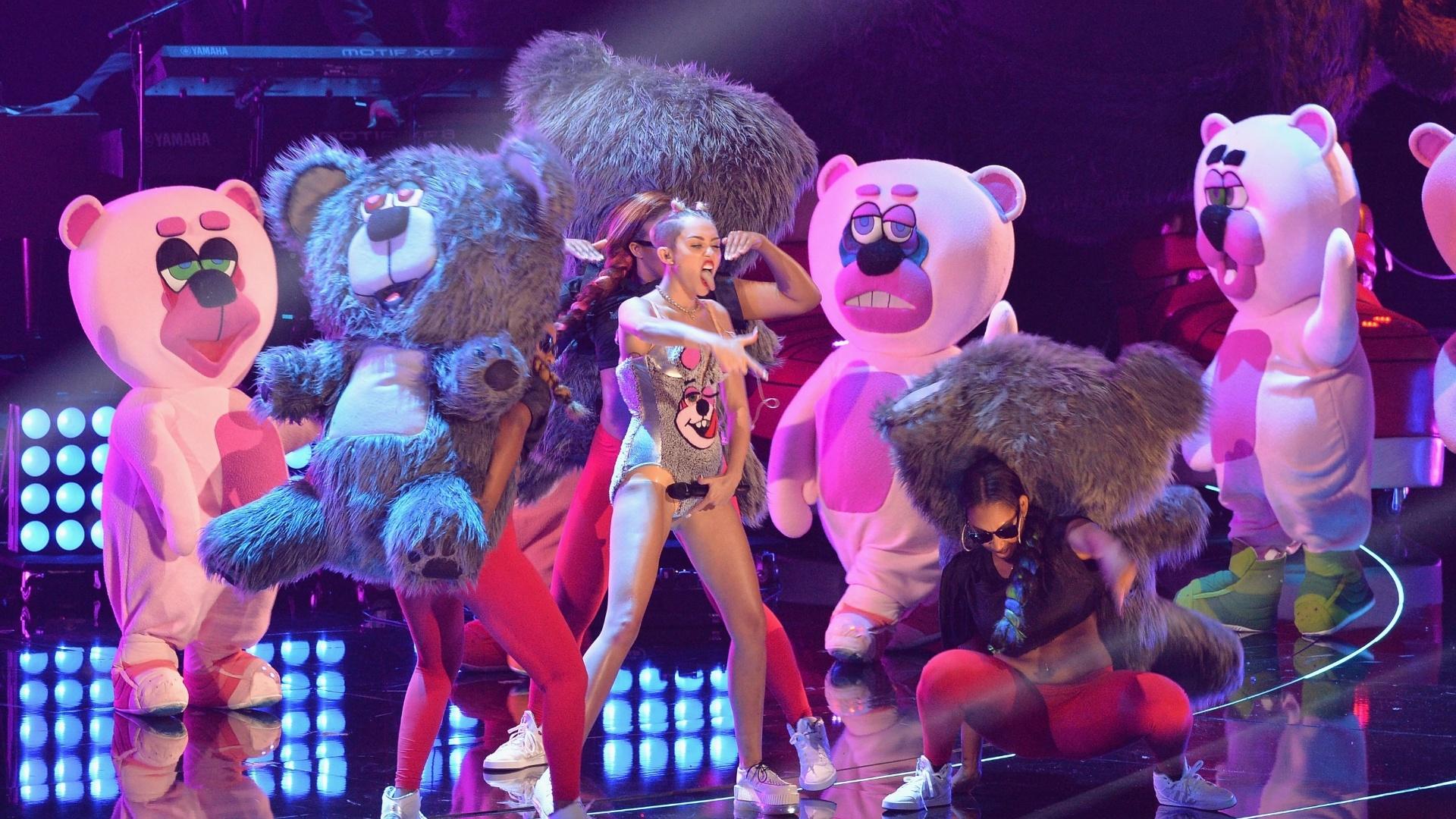 25.ago.2013 - Cercada de ursos gigantes, Miley Cyrus cantou sua nova música,