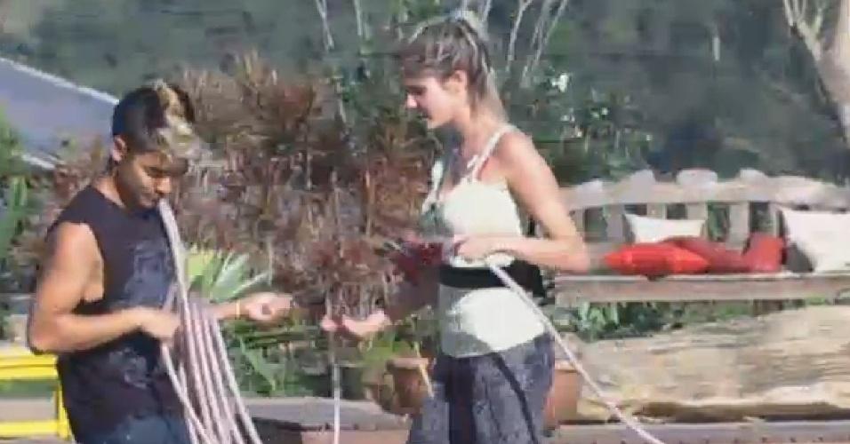 25.ago.2013 - Yudi ajuda Bárbara Evans a cuidar da horta