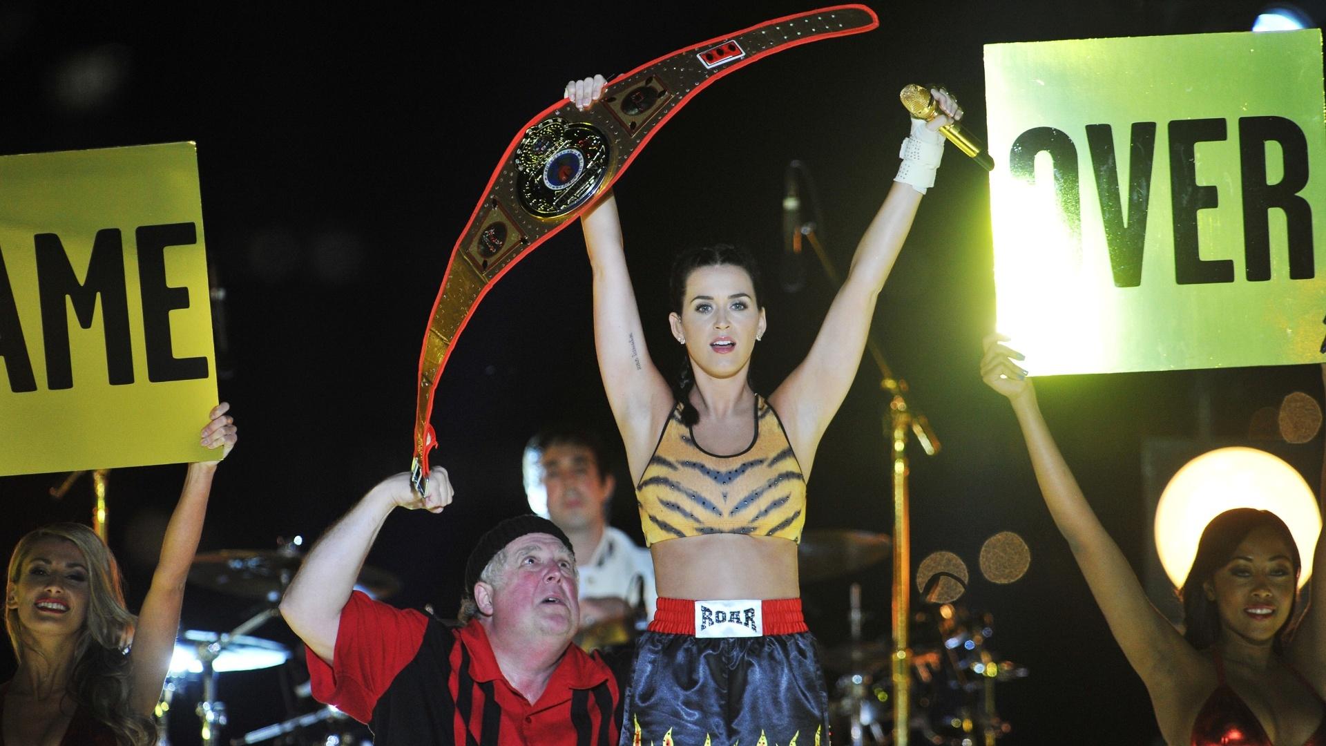 25.ago.2013 - Katy Perry levanta cinturão no final de sua apresentação, aos pés da ponte do Brooklyn, onde cantou sua nova música,