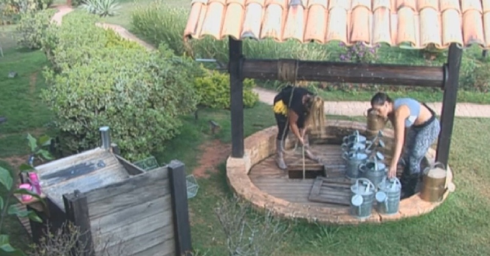 26.ago.2013 - Andressa Urach e Yani cuidando da horta