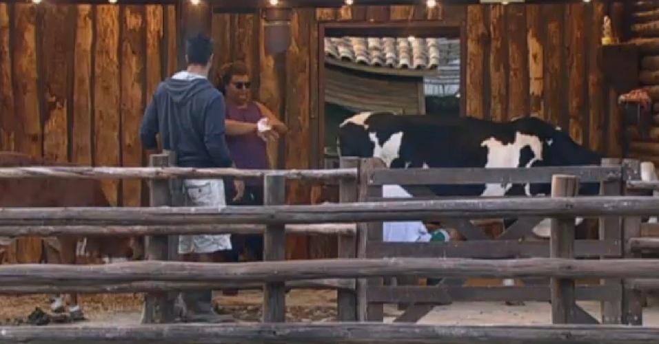 26.ago.2013 - Beto Malfacini, o novo Fazendeiro, fiscalizando Gominho durante sua atividade matinal