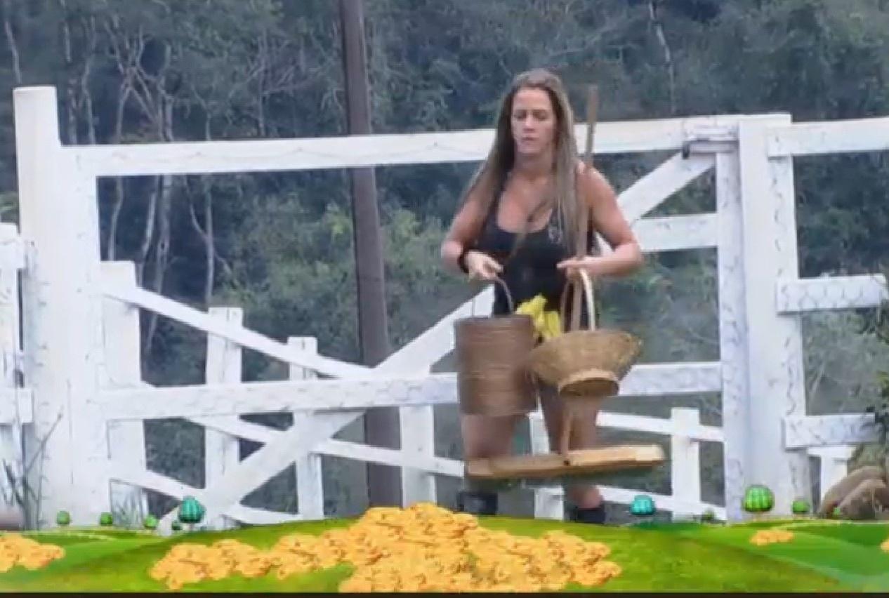 26.ago.2013 - Denise se prepara para limpar o lago das aves