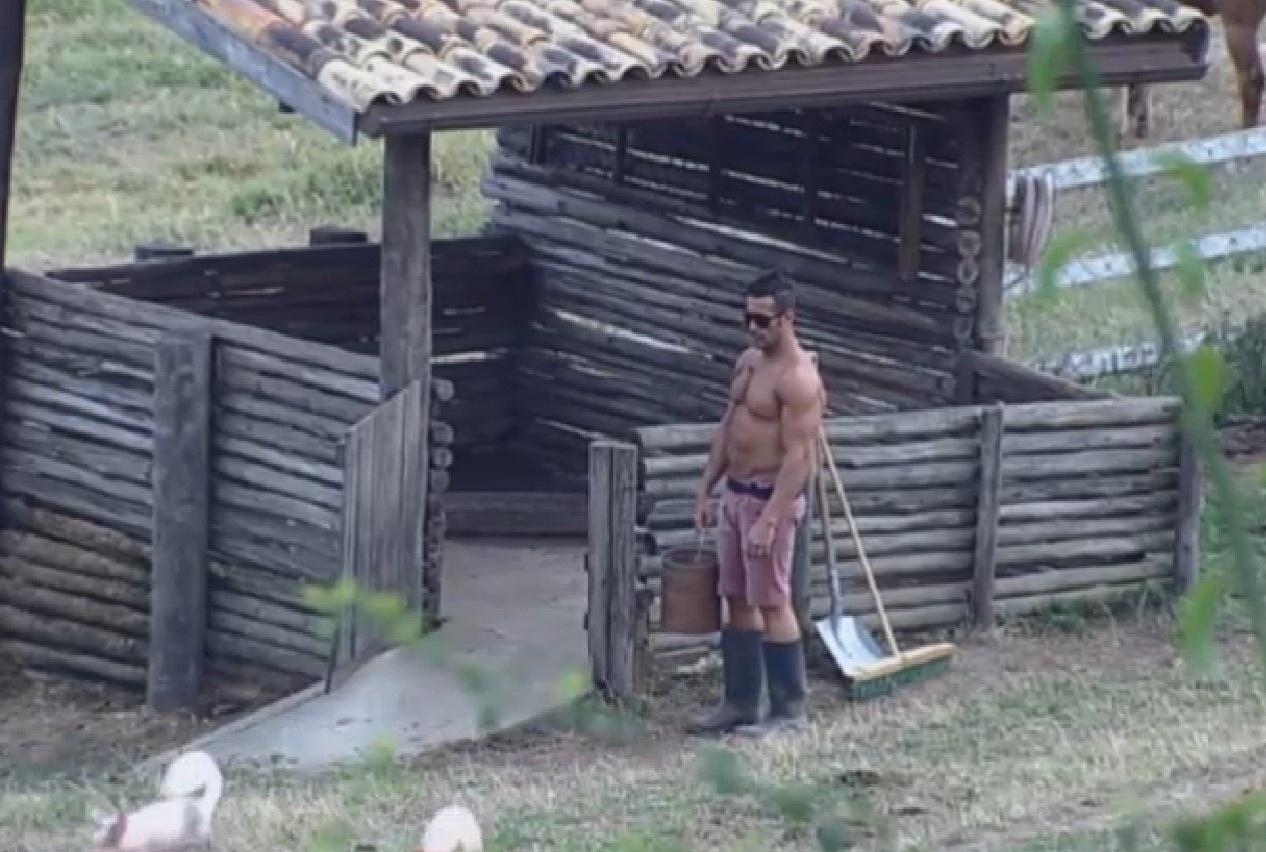 26.ago.2013 - Marcos Oliver cuida dos porcos