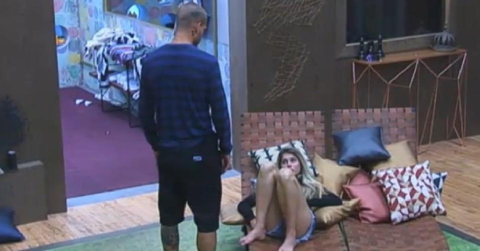 26.ago.2013 - Mateus Verdelho pede para Bárbara Evans parar de fazer intriga