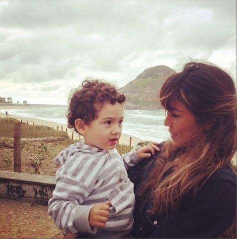 26.ago.2013- Daniele Suzuki troca olhares com o filho Kauai, de 2 anos: