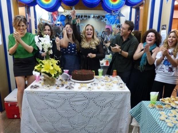 """26.ago.2013- Susana Vieira, que completou 71 anos na sexta-feira, 23,  ganhou uma festa surpresa do elenco de """"Amor à Vida"""" após gravar cenas da novela, nesta segunda-feira, 26"""