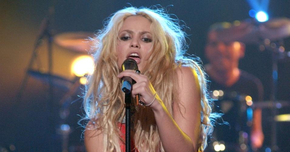 10.out.2001 - Shakira faz show em programa de televisão espanhol
