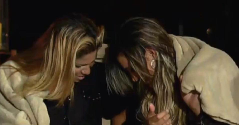 26.ago.2013 - Andressa e Yani se assustam ao ouvir histórias sobre espíritos