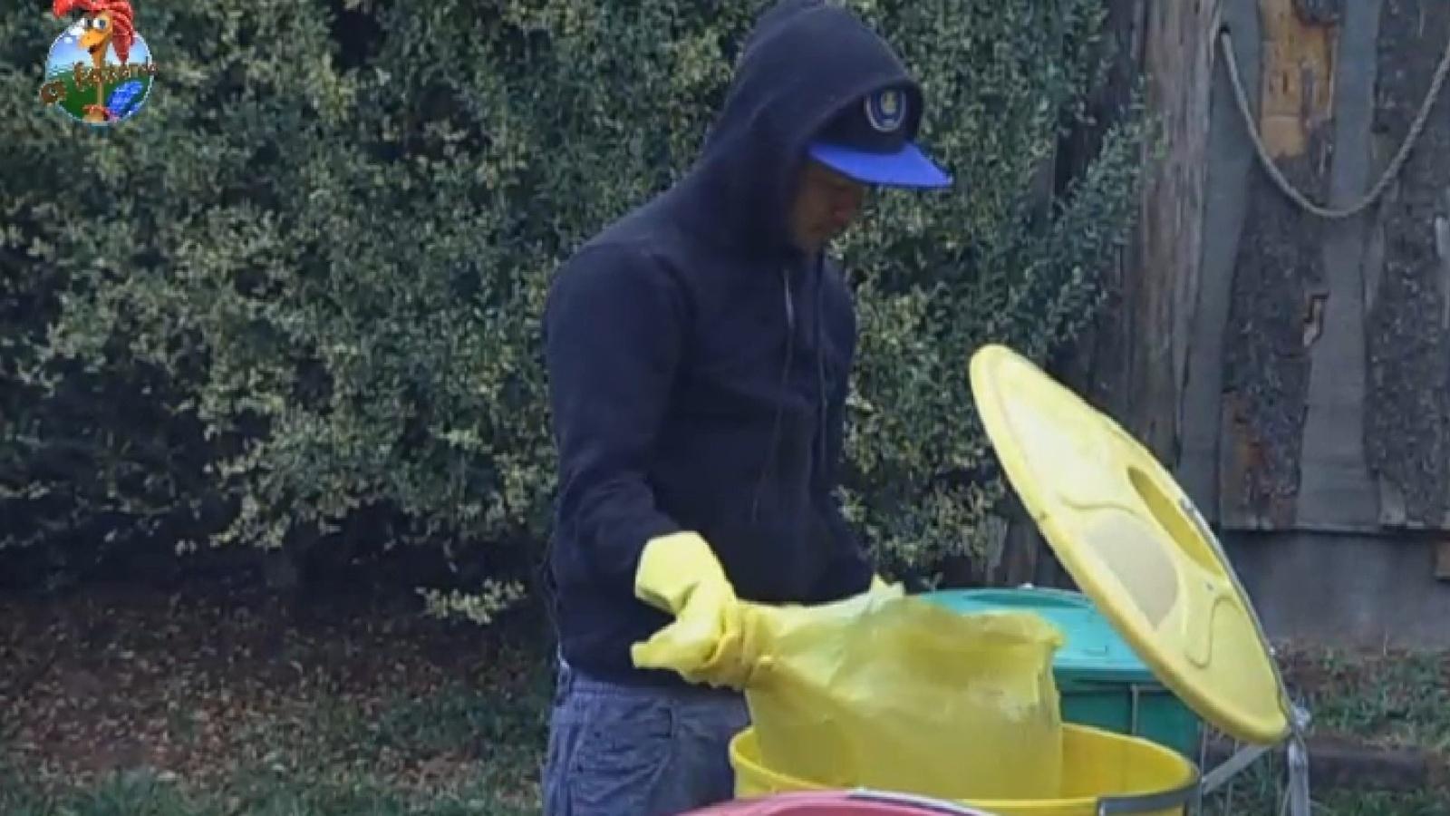 27.ago.2013 - Yudi separa o lixo na manhã desta terça-feira