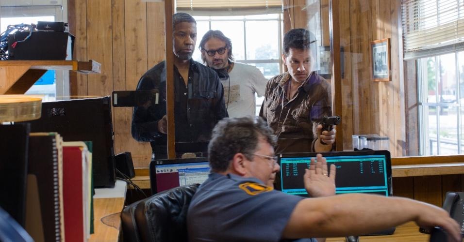 """Diretor Baltasar Kormákur passa instruções no set do filme """"Dose Dupla"""", estrelado por Denzel Washington e Mark Wahlberg"""