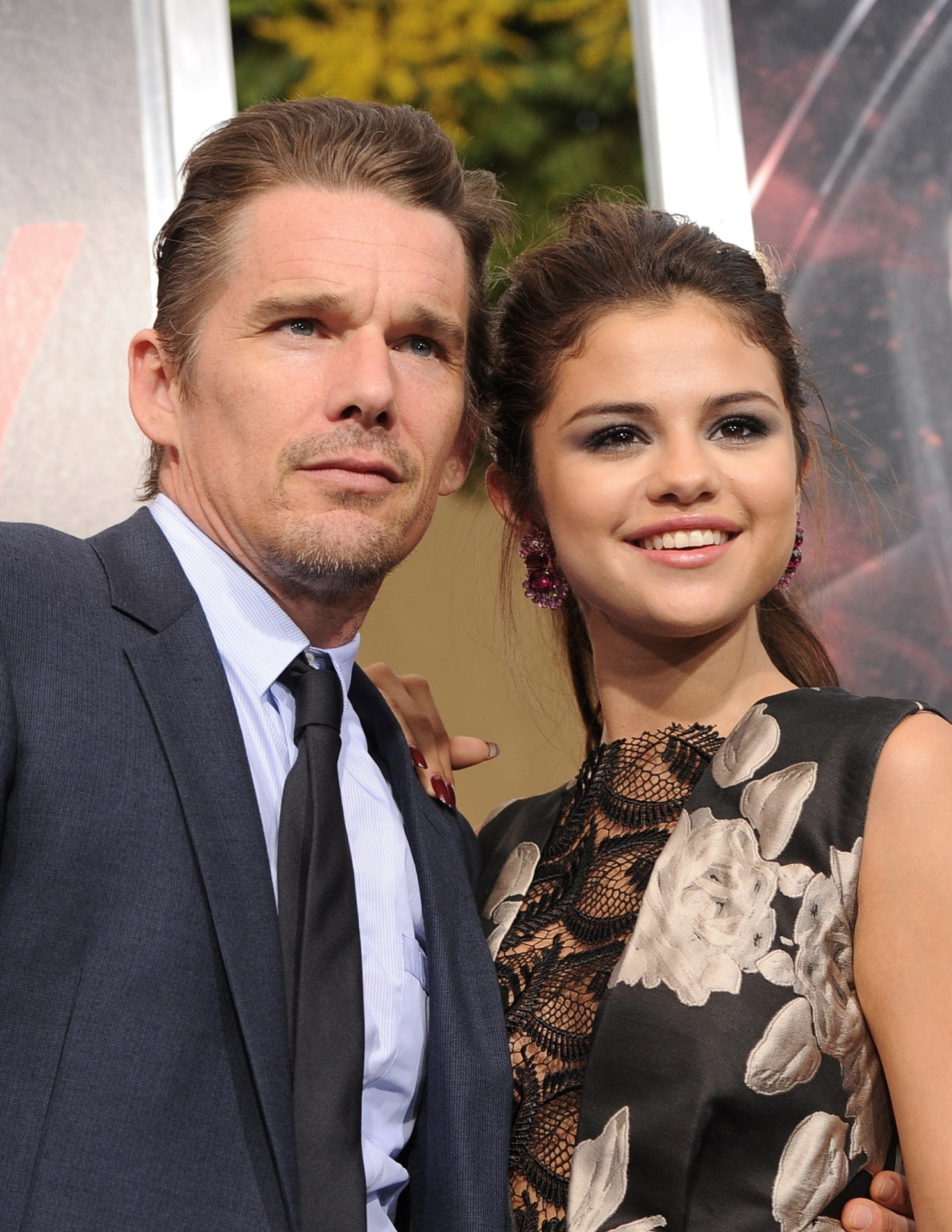 26.ago.2013 - Ethan Hawkee Selena Gomez chegam à pré-estreia de