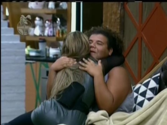27.ago.2013 - Ao chegar na sede, Denise corre para abraçar Gominho