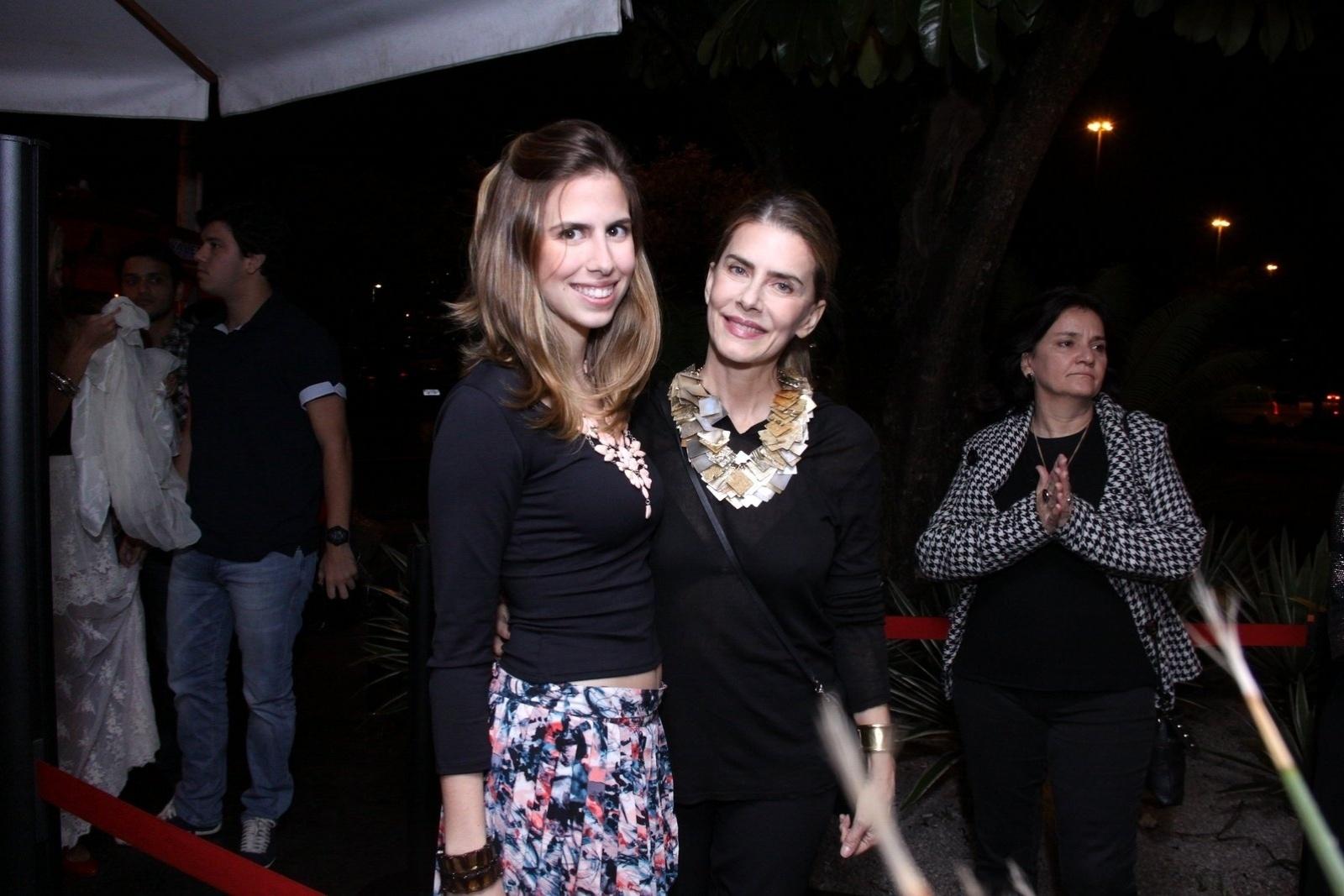 27.ago.2013 - Maitê Proença com sua filha Maria na festa de um ano do canal de humor Porta dos Fundos, em boate na Lagoa, Rio de Janeiro