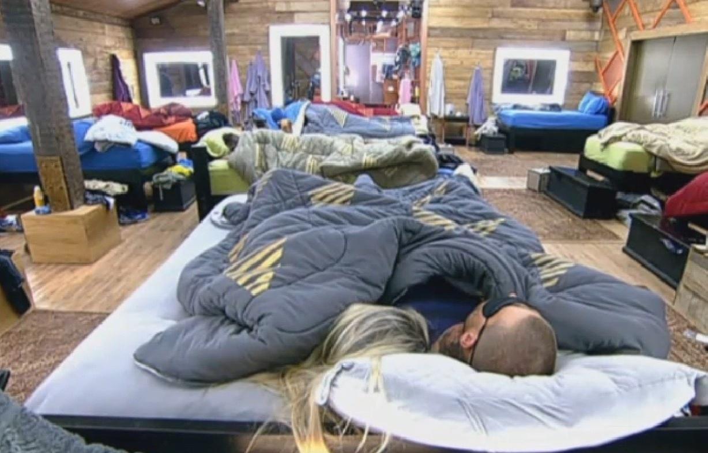 28.ago.2013 - Bárbara Evans e Mateus Verdelho dormem tranquilamente
