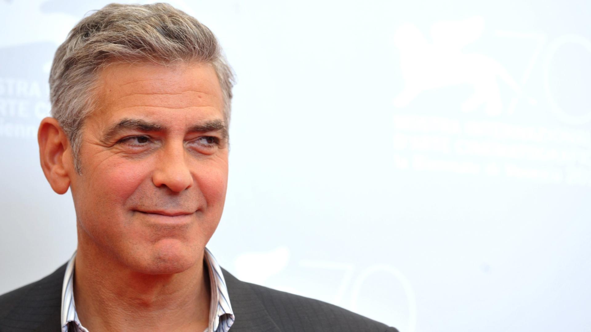"""28.ago.2013 - George Clooney divulgam filme """"Gravidade"""" no Festival de Veneza 2013. O ator fez elogios ao roteiro de """"Gravidade"""", assinado por Alfonso ... - 28ago2013---george-clooney-divulgam-filme-gravidade-no-festival-de-veneza-2013-o-ator-fez-elogios-ao-roteiro-de-gravidade-assinado-por-alfonso-cuaron-e-seu-filho-jonas-cuaron-nos-ultimos-50-1377698946503_1920x1080"""