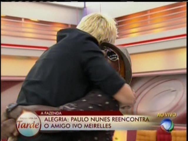 28.ago.2013 - Paulo Nunes abraça Ivo Meirelles após deixar